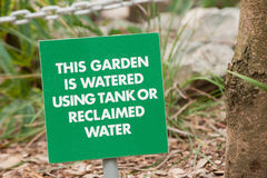 Sinal de aviso do jardim Fotos de Stock Royalty Free