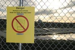 Sinal de aviso do perigo Fotografia de Stock