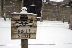 Sinal de aviso em Auschwitz Imagem de Stock