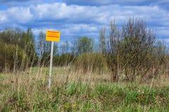 Sinal de aviso em um campo Proibe-se para escavar Fotografia de Stock