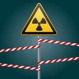 Sinal de aviso em um polo e em umas faixas de advertência Sinal de perigos de radiação Ilustração do vetor ilustração stock