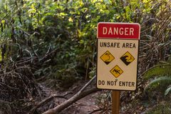 Sinal de aviso em uma das fugas devido ao perigo dos corrimentos, das marés ou da queda dentro em Oregon do sul, EUA imagem de stock royalty free