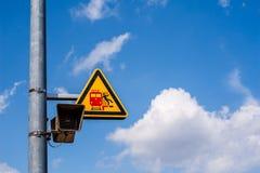 Sinal de aviso em uma plataforma alemão da estrada de ferro Imagens de Stock Royalty Free