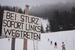 Sinal de aviso na inclinação do esqui Fotos de Stock