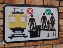 Sinal de aviso na linha do trem da periferia, Cape Town, África do Sul imagem de stock