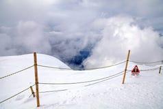 Sinal de aviso na montanha suíça dos cumes Imagem de Stock