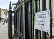 Sinal de aviso para ciclistas, visto unido ao ferro forjado o cerco visto em uma cidade inglesa da universidade imagens de stock