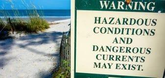 Sinal de aviso perigoso das correntes de rasgo na ilha nc da caça Fotografia de Stock Royalty Free