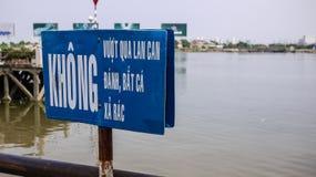 Sinal de aviso perto do rio de Khong, Ho Chi Minh City, Vietname imagens de stock royalty free