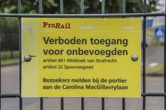 Sinal de aviso de Prorail do Dutch nenhum acesso para desautorizado em Amsterdão o 2018 holandês foto de stock royalty free