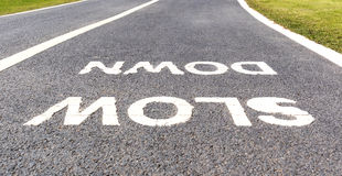 Sinal de aviso retardar marcado na rua, conceito da segurança fotos de stock royalty free
