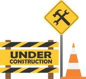 Sinal de aviso sob a constru??o no fundo da cidade ilustração stock