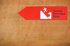 Sinal de aviso vermelho do tsunami na parede Sinal do perigo Fotografia de Stock Royalty Free