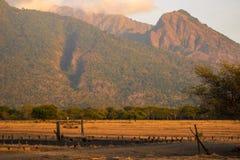 Sinal de Bekol com a montanha no fundo imagens de stock