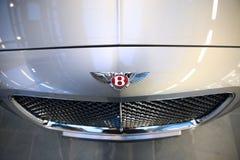 Sinal de Bentley na capa do carro de prata do modelo novo moscow Ts fotografia de stock royalty free