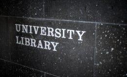 Sinal de biblioteca da universidade Fotos de Stock Royalty Free