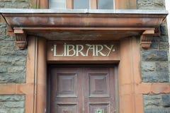 Sinal de biblioteca na viga de pedra acima da porta Fotografia de Stock Royalty Free