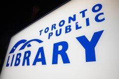 Sinal de biblioteca pública de Toronto imagens de stock