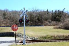 Sinal de cruzamento da estrada de ferro com luzes imagem de stock royalty free