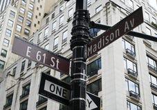 Sinal de cruzamento entre o madison e a 61st rua em y novo Fotografia de Stock