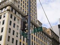 Sinal de cruzamento entre a quinta estrada e a 57th rua no ne Fotos de Stock Royalty Free
