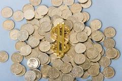 Sinal de dólar com moedas Fotografia de Stock