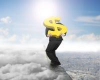 Sinal de dólar levando do ouro do homem de negócios no cume com cloudscape c Fotografia de Stock Royalty Free