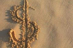 Sinal de dólar na praia imagem de stock royalty free
