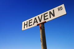 Sinal de encontro ao céu azul Imagens de Stock Royalty Free