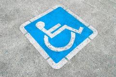 Sinal de estacionamento incapacitado azul Foto de Stock Royalty Free