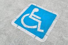 Sinal de estacionamento incapacitado azul Imagens de Stock