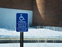 Sinal de estacionamento tido desvantagens afixado no parque de estacionamento coberto de neve imagem de stock