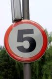 Sinal de estrada de advertência da zona do limite de velocidade, isolado um quilômetro proibitivo de 5 quilômetros Foto de Stock