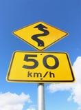 Sinal de estrada amarelo e preto do enrolamento 50km/h Fotografia de Stock