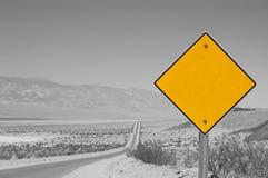 Sinal de estrada amarelo em branco   Fotos de Stock