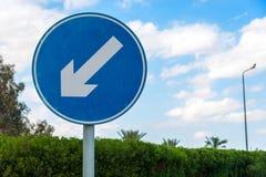 Sinal de estrada azul redondo com a seta de advert?ncia diagonal branca Quadro horizontal fotos de stock