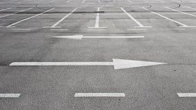 Sinal de estrada com as duas setas brancas que apontam na esquerda e na direção certa diferentes fotografia de stock royalty free