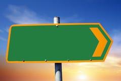 Sinal de estrada com espaço vazio e céu azul no fundo ilustração royalty free