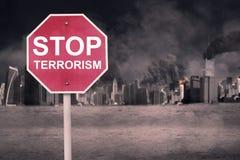Sinal de estrada com texto do terrorismo da parada Fotografia de Stock