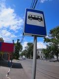 Sinal de estrada com uma imagem de uma parada do ônibus em uma rua da cidade imagens de stock royalty free