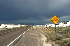 Sinal de estrada da estrada do deserto Foto de Stock Royalty Free