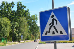 Sinal de estrada da faixa de travessia Sinais pedestres, sinais do cruzamento pedestre Fotografia de Stock