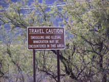 Sinal de estrada da imigração ilegal Imagens de Stock