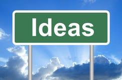 Sinal de estrada das ideias no céu azul com nuvens Fotografia de Stock Royalty Free