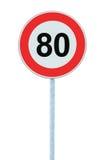 Sinal de estrada de advertência da zona do limite de velocidade, isolado 80 quilômetros proibitivos da ordem máxima da limitação  Fotos de Stock