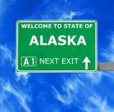 Sinal de estrada de ALASKA contra o céu azul claro Fotos de Stock