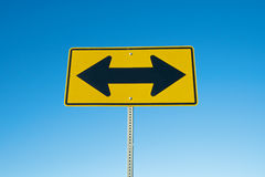 Sinal de estrada de duas setas Imagens de Stock Royalty Free