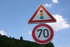 sinal de estrada de 70 quilômetros e de sinal de tráfego, Alemanha Fotografia de Stock