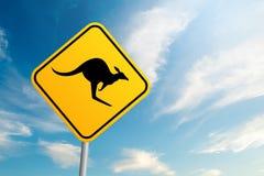 Sinal de estrada do canguru com fundo do céu azul e da nuvem foto de stock