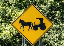Sinal de estrada do cavalo e do carrinho fotografia de stock